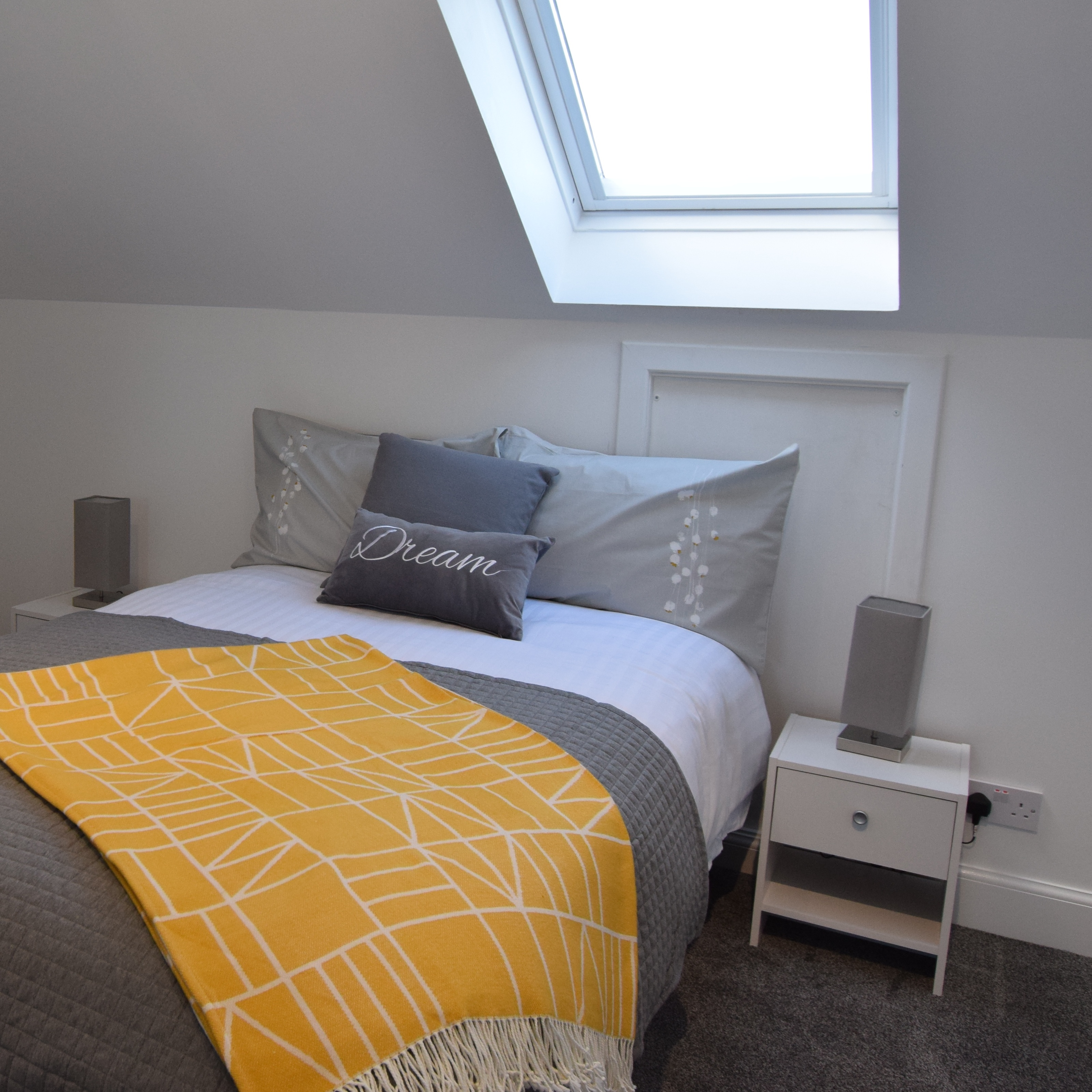 Thumbnail - A spectacular bedroom with skylight - Highmill Court